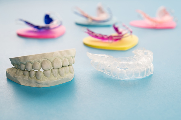 Photo of 5 retainers and model of teeth